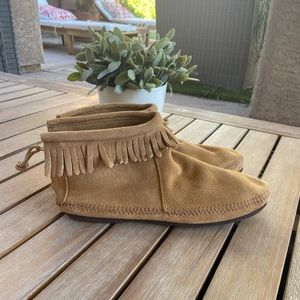 RARE Minnetonka light tan suede ankle boots Sz 9